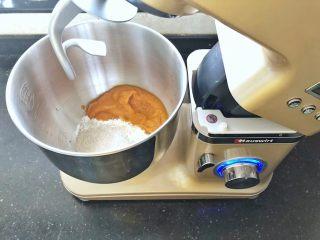 亚麻籽南瓜软欧包,2、装入厨师机中。