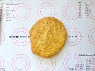 亚麻籽南瓜软欧包,9、取出轻轻按压排气。