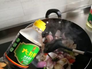 洋葱木耳炒鸡蛋,生抽 翻炒至八分熟