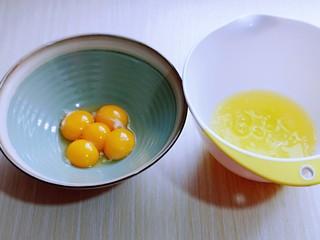 红丝绒草莓奶油蛋糕卷~下午茶必备甜品,蛋黄与蛋白分离,分别在无油无水的容器中。