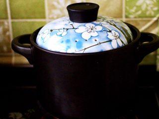 补血养胃的杂粮冰糖粥,盖上沙锅盖子大火煮沸后后转小火炖煮半个小时后。