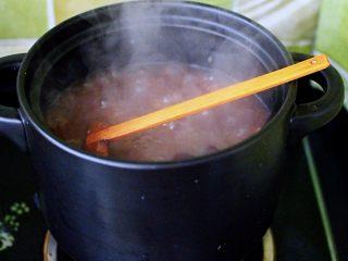 补血养胃的杂粮冰糖粥,大火煮沸后,看见冰糖慢慢融化,汤汁变得粘稠时,即可关火。