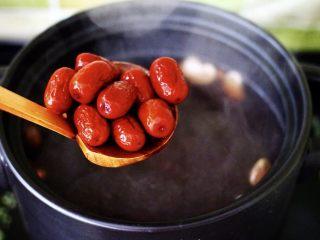补血养胃的杂粮冰糖粥,加入提前泡发的红枣。