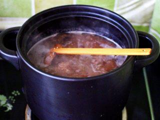 补血养胃的杂粮冰糖粥,继续大火煮沸后转小火炖煮半个小时。