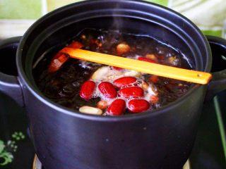 补血养胃的杂粮冰糖粥,小火继续炖煮半个小时左右。