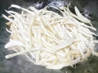比肉还好吃的手撕杏鲍菇,热锅热油,下杏鲍菇炒软。