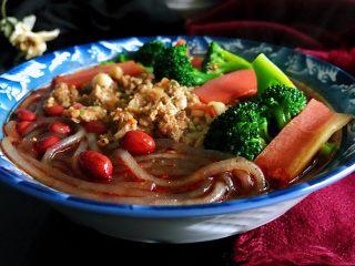私房酸辣粉,煮好的粉条、西兰花、胡萝卜捞入汤碗中,放入花生米,肉末,撒上葱花和香菜,解馋又美味的酸辣粉就好了。