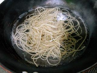 私房酸辣粉,锅中加水烧开,放入粉条。