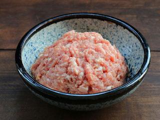白萝卜丝肉丸汤,顺着一个方向搅拌上劲;