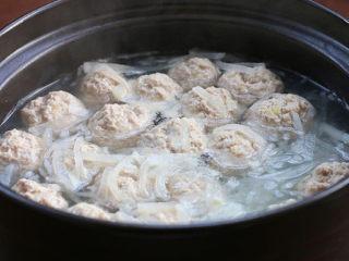 白萝卜丝肉丸汤,开小火把肉馅儿团成丸子全部下锅,改成中小火,煮至丸子浮起后,把浮沫撇掉,再煮5、6分钟(根据丸子大小调整时间);