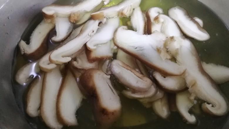 肉炒荷兰豆香菇,再将香菇片焯2分钟。焯熟后同样用冷水冲洗一下,用手攥干水。