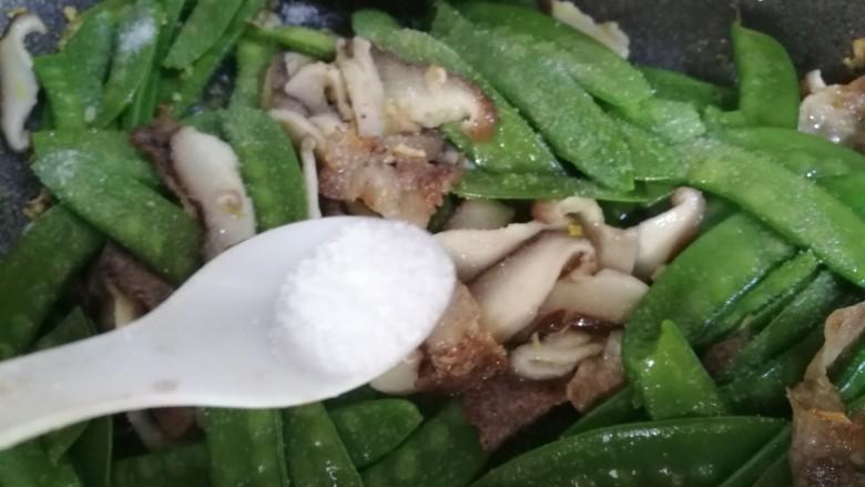肉炒荷兰豆香菇,再放入半小勺盐。