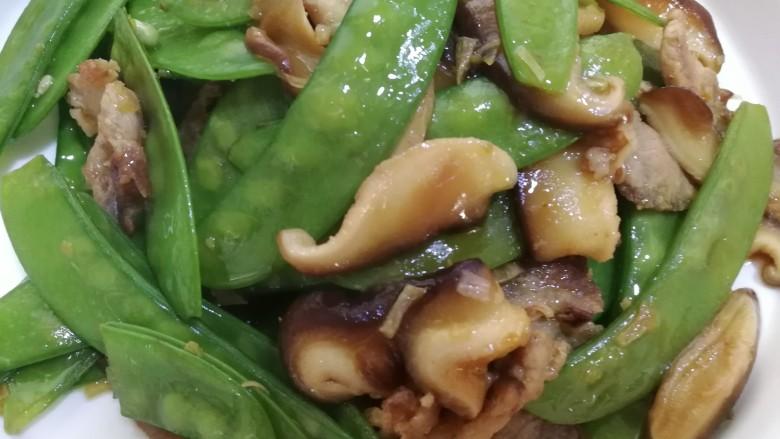 肉炒荷兰豆香菇,出锅装盘,色香味儿俱全,荷兰豆翠绿,脆嫩,肉片儿酥香,营养健康。