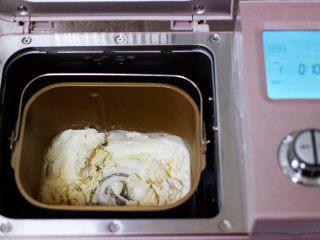 萌猪报春花样馒头,把称重的食材放入面包机一个和面程序。