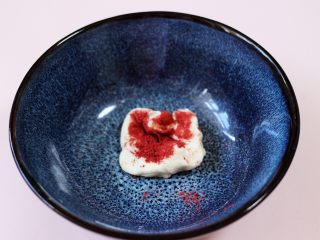 萌猪报春花样馒头,取一小块面粉加入少许红曲粉揉成光滑的面团。