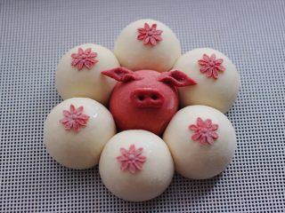 萌猪报春花样馒头,把梅花蘸在白色的面团上就可以了。