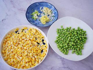 虾仁炒杂蔬,豌豆洗净备用,玉米剥粒洗粒备用,葱切末,蒜切末,姜切末