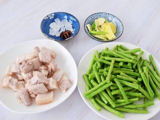 豆角焖面,五花肉切成小块焯水后冲洗干净备用,豆角去头尾切成寸段,葱切葱花,蒜切片,姜切片