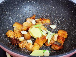 豆角焖面,再放入葱姜蒜和八角炒出香味