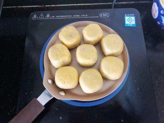 爆浆紫薯仙豆糕,码入学厨平底锅,提前刷上一层薄薄的油。