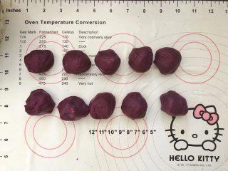 爆浆紫薯仙豆糕,把紫薯泥分成10等份,大约每个28克。