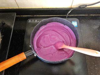 爆浆紫薯仙豆糕,把紫薯糊倒入锅中。
