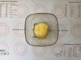爆浆紫薯仙豆糕,揉搓成面团盖上保鲜膜松弛半个小时。