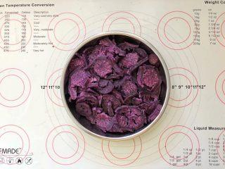 爆浆紫薯仙豆糕,取出放凉后称取350克。