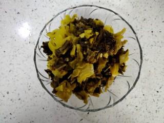 酸汤牛蛙,将李记鱼酸菜切成小丁。叶子多剁剁。