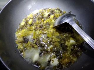 酸汤牛蛙,然后放入适量水,盐,鸡精,白胡椒粉,一大勺泡椒水。大火煮沸转中火煮两分钟。让酸菜的味道充分发挥。最后把酸菜用过滤网捞起来放在碗底。