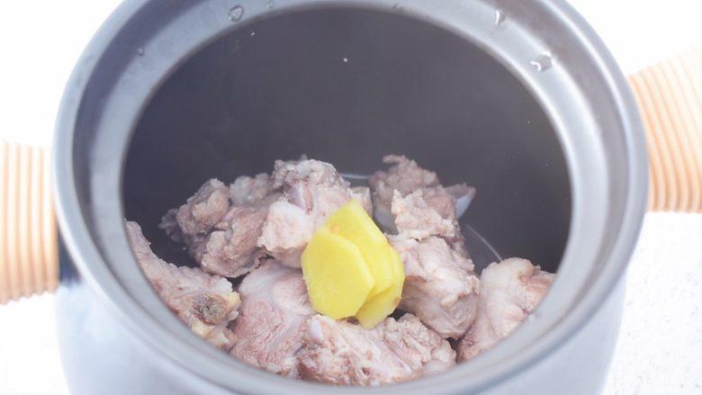 猪骨山药汤,放入姜片