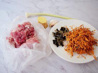 虫草花炒肉,准备好材料