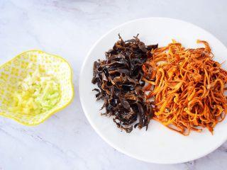 虫草花炒肉,把泡好的虫草花洗净备用,再把泡好的木耳洗净去蒂切成丝,葱切末,姜切末,蒜切末