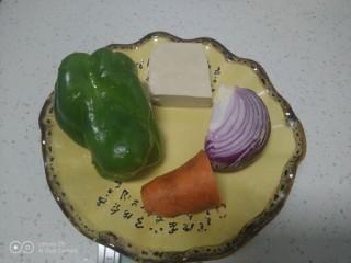 炒意大利面,配菜准备好。
