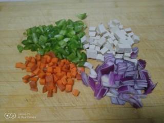炒意大利面,配菜切丁。