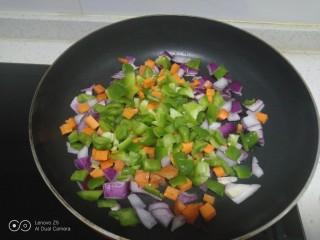 炒意大利面,倒入各种配菜。