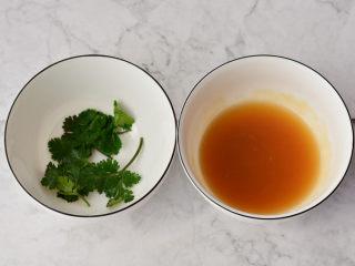 鲜虾瑶柱蒸冬瓜,蒸冬瓜的汤汁放在平底锅里面,加入适量的糖和蚝油煮开,用勺子把熬好的汤汁淋在做好的冬瓜上面,取适量的香菜装饰,就可以食用啦