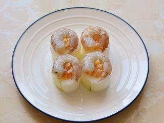 鲜虾瑶柱蒸冬瓜,把处理好的青虾放在冬瓜上面