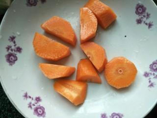 響螺肉蘋果湯,紅蘿卜去皮洗干凈切小塊。