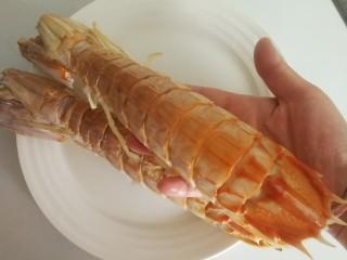 椒盐富贵虾~椒盐做法,超级大的皮皮虾。我的手一个半,平时椒盐都需要过油,我今天没过油。蒸了八分钟。也很好吃就是皮不是酥脆的哈,不过这样很健康