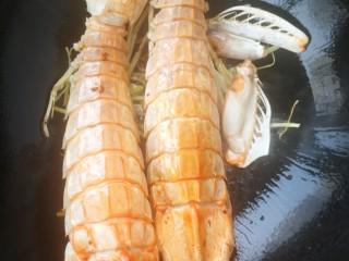 椒盐富贵虾~椒盐做法,热锅凉油放葱姜爆香,放入皮皮虾,然后放一勺料酒