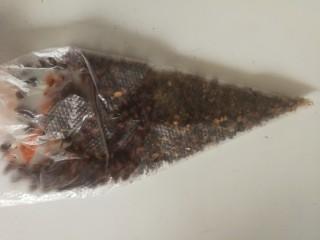 椒盐富贵虾~椒盐做法,装入口袋拿擀面杖擀碎,也可以用料理机