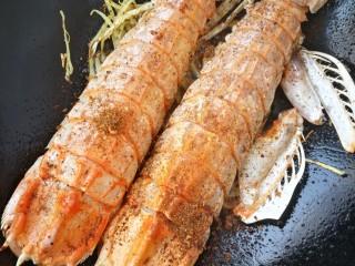 椒盐富贵虾~椒盐做法,撒些椒盐翻炒均匀就出锅喽。