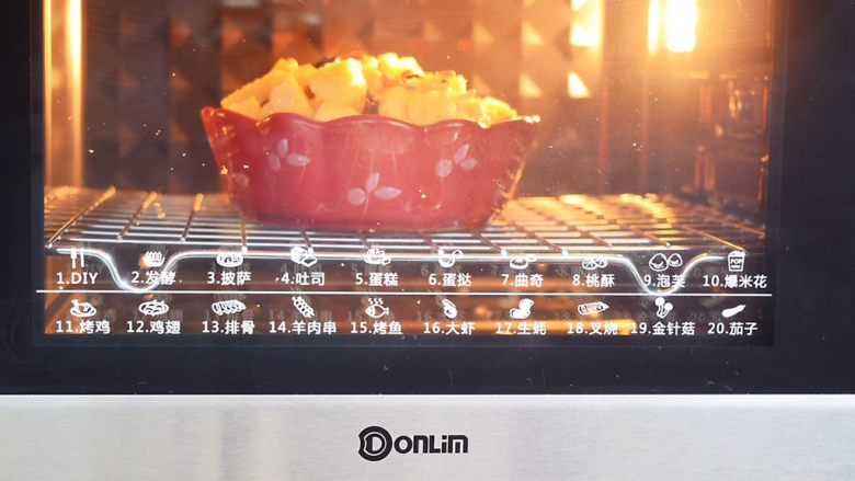 吐司布丁,放入预热好的东菱烤箱,上下火170度,中层烤25-30分钟,将土司烤至表面金黄色即可