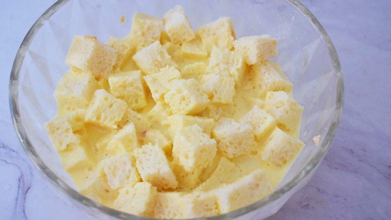 吐司布丁,把切好的土司块放入蛋奶液中,让土司块吸饱蛋液