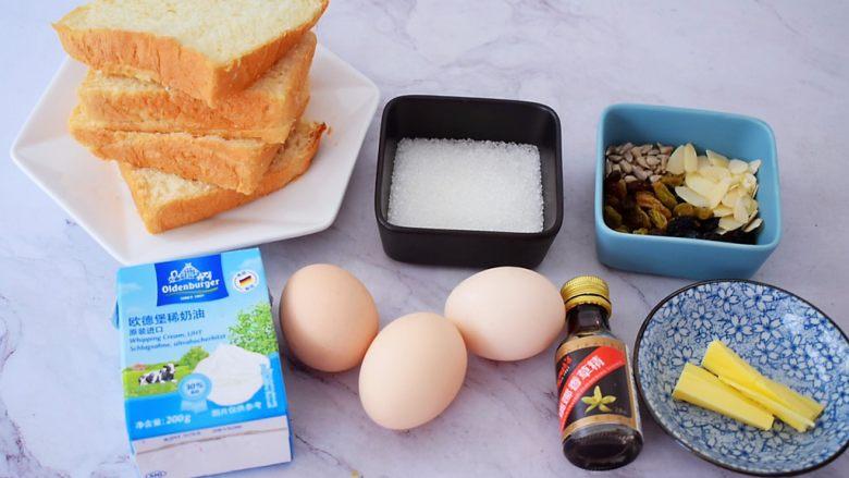 吐司布丁,烤碗底部和四边都涂抹上软化的黄油