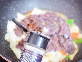 牛肉炒杏鲍菇,加入白胡椒粉