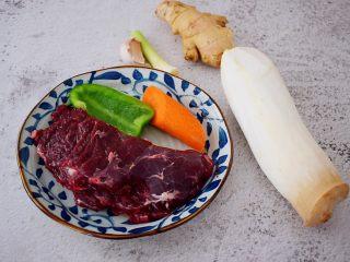 牛肉炒杏鲍菇,准备好材料
