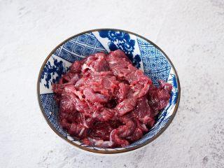 牛肉炒杏鲍菇,牛肉洗净切成薄片,加入料酒、淀粉、盐抓匀腌制备用