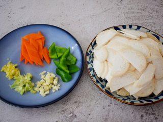 牛肉炒杏鲍菇,杏鲍菇洗净切成薄片,胡萝卜切片,青椒切小块,葱切末,蒜切末,姜切末